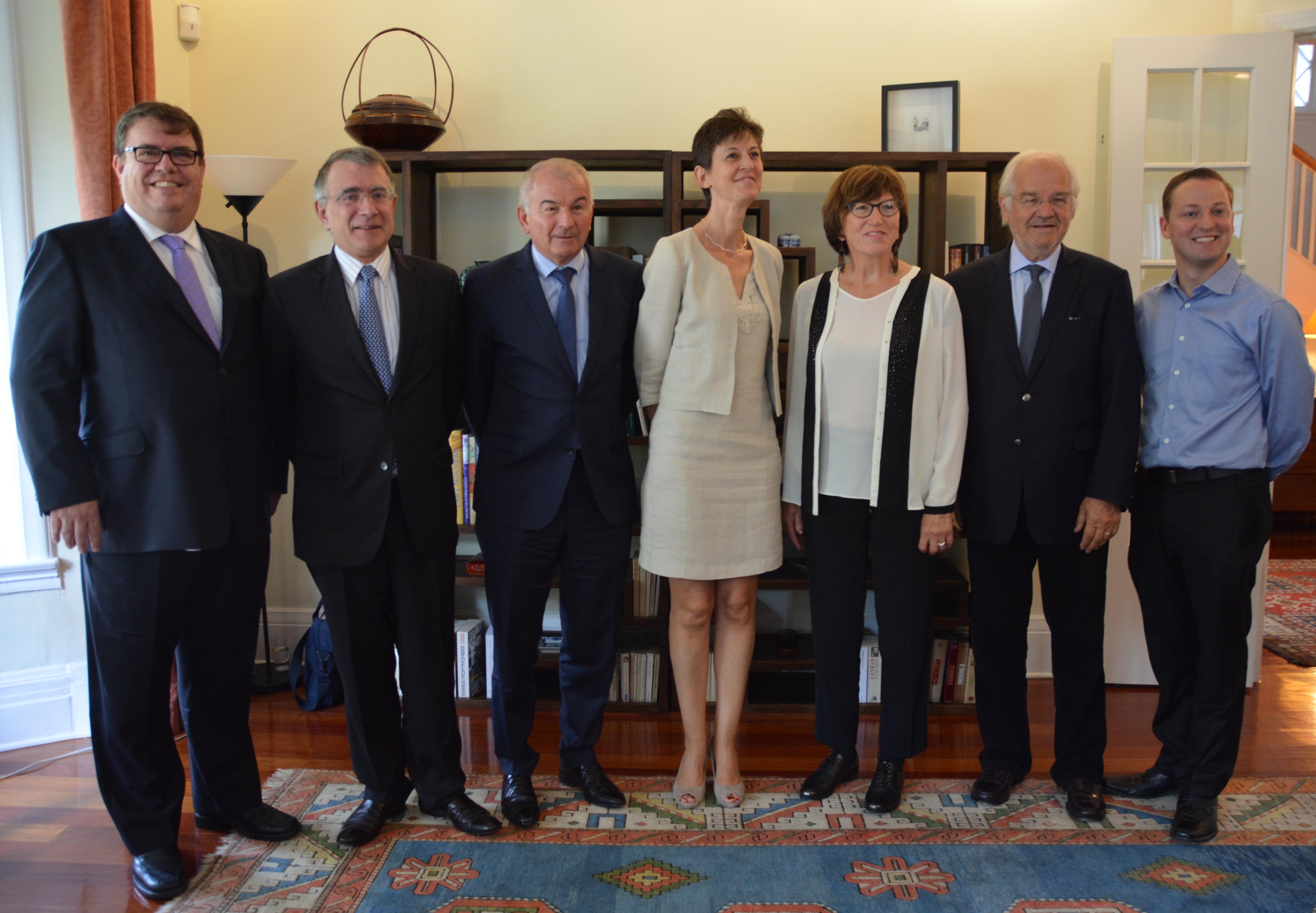 """Des sénateurs français en visite au Québec séduits par l'approche """"concertée"""" de la province"""